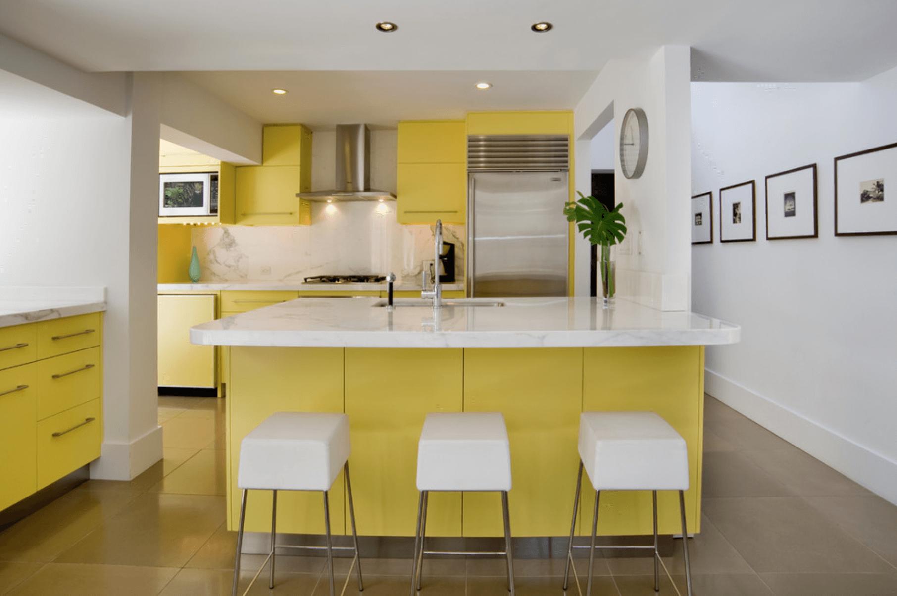 cozinha amarela com ilha